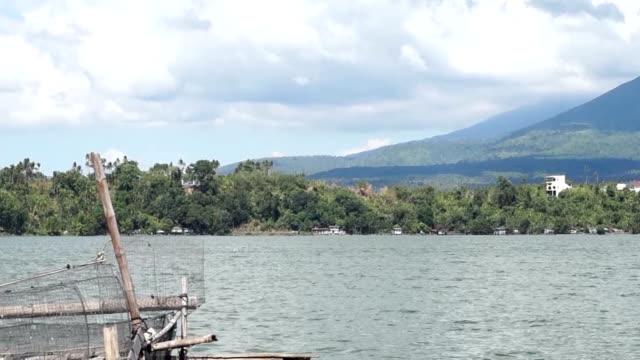 bamboo strukturer för små vattenbruk jordbruk som upprätthålla försörjning av några fiskare byggdes vid sjöstranden. tracking shot - rådig bildbanksvideor och videomaterial från bakom kulisserna