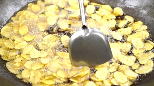 vidéos et rushes de chips de banane - aliment frit