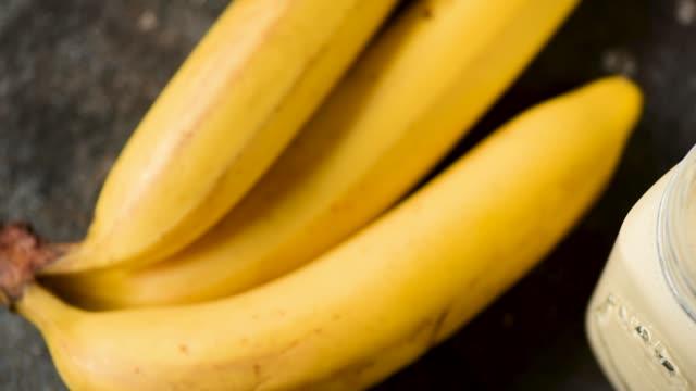 バナナスムージー シナモン - バナナ点の映像素材/bロール