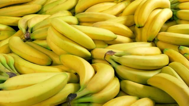 vídeos y material grabado en eventos de stock de bananas at the supermarket - snack aisle