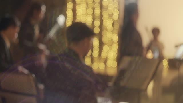 vídeos de stock, filmes e b-roll de faixa de slo mo no café da noite - música acústica