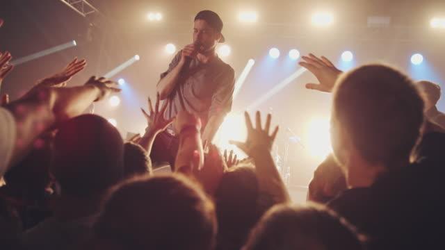 bandet som interagerar med publiken - sångare artist bildbanksvideor och videomaterial från bakom kulisserna