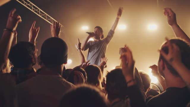 バンドは、観客との相互作用 - ミュージシャン点の映像素材/bロール
