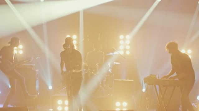 band som gör musik på konsertscenen - sångare artist bildbanksvideor och videomaterial från bakom kulisserna