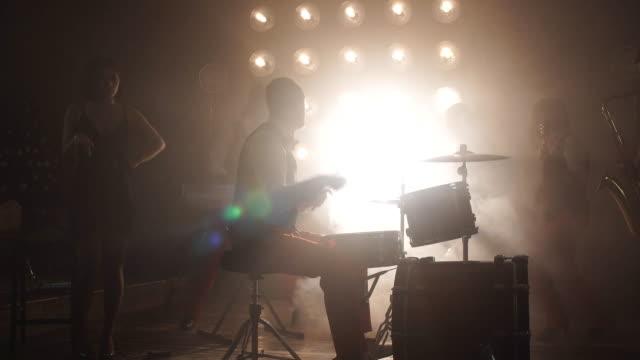 band organisera en fest på klubben - akustisk gitarr bildbanksvideor och videomaterial från bakom kulisserna