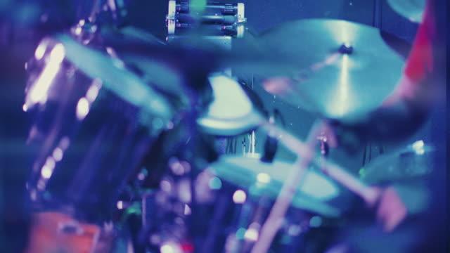 vídeos de stock, filmes e b-roll de banda tocando um verdadeiro show ao vivo em um clube: baterista batendo forte - músico pop
