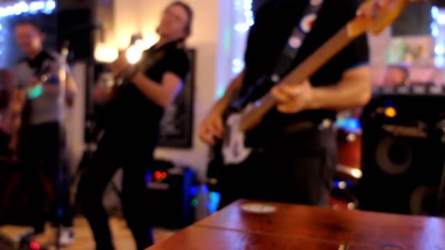 bandet spelar på engelsk pub suddig - pub bildbanksvideor och videomaterial från bakom kulisserna