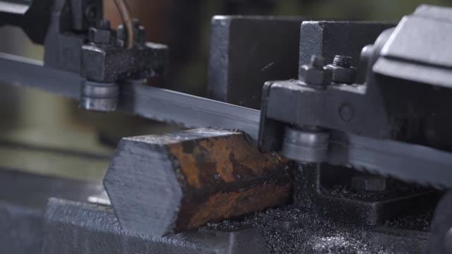 bandsäge schneidwerkzeug stahlstange durch automatischen vorschub, hochleistungs-schneidemaschine schneiden stahlstange - bandsäge stock-videos und b-roll-filmmaterial