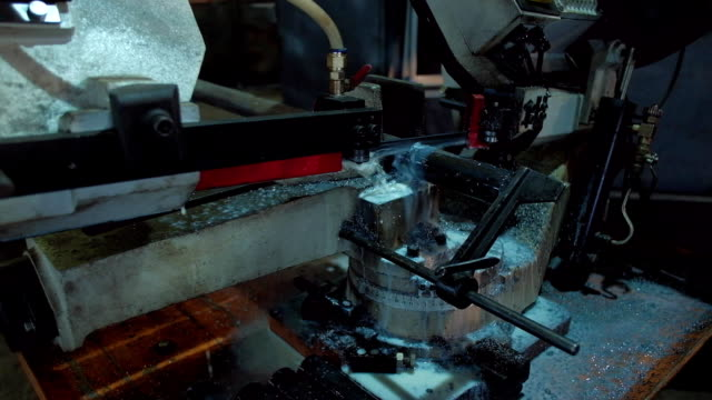 bandsäge-maschine für das sägen von metall - bandsäge stock-videos und b-roll-filmmaterial