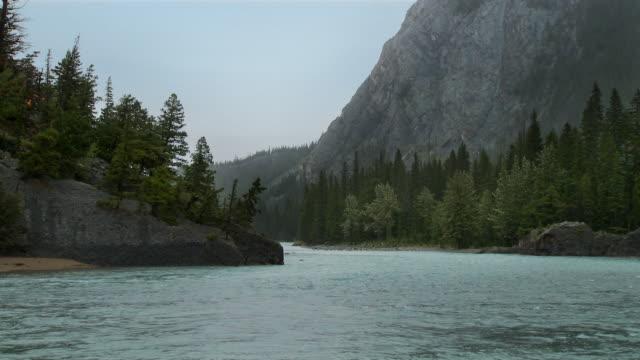 banff река дождь - скалистые горы стоковые видео и кадры b-roll