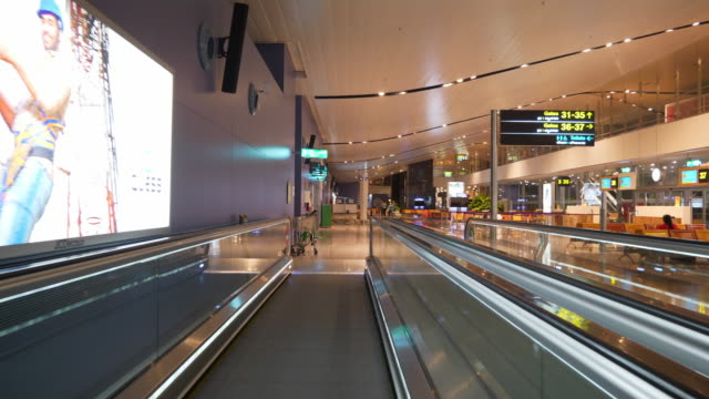 bangalore ville de l'aéroport intérieur porte déplacer le panorama passerelle 4k inde - Vidéo