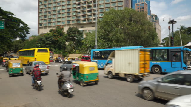 bangalore city center sunny day traffic street slow motion panorama 4k india - vídeo