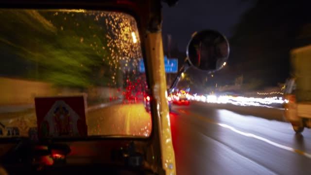 bangalore city traffic street rickshaw road trip passenger pov night time panorama 4k timelapse india - vídeo