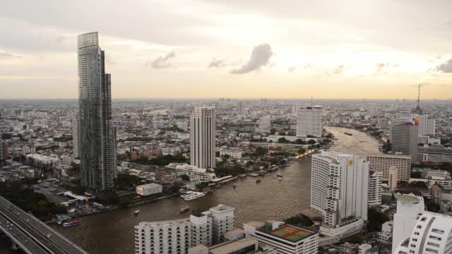 bangkok città e trasporto in chaophraya river, con vista sullo skyline. - fiume chao phraya video stock e b–roll