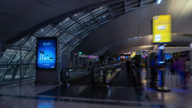 bangkok city national airport famous huge duty free store zone walking timelapse panorama 4k thailand - vídeo