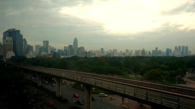 レールの上の電車空でバンコク市内 - 緑 ビル点の映像素材/bロール