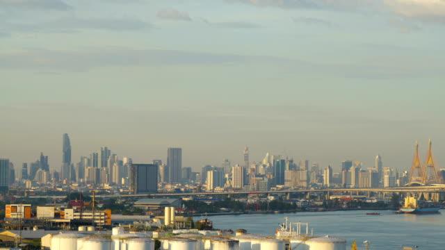 bangkok stadsbilden time-lapse under vacker solnedgång december 16 2018 4k uhd. landmärke i bangkok, thailand. bhumibol-bron. - kungen av thailand bildbanksvideor och videomaterial från bakom kulisserna