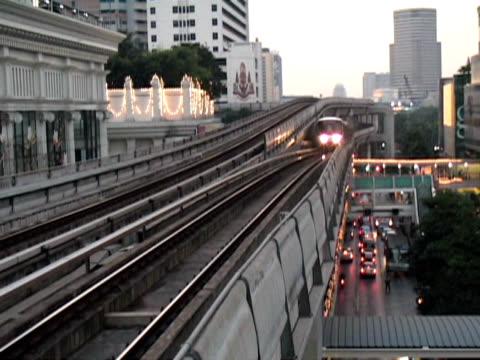 bangkok gelegenen skytrain gleitet über den verkehr, frühen abend: , thailand - kürzer als 10 sekunden stock-videos und b-roll-filmmaterial