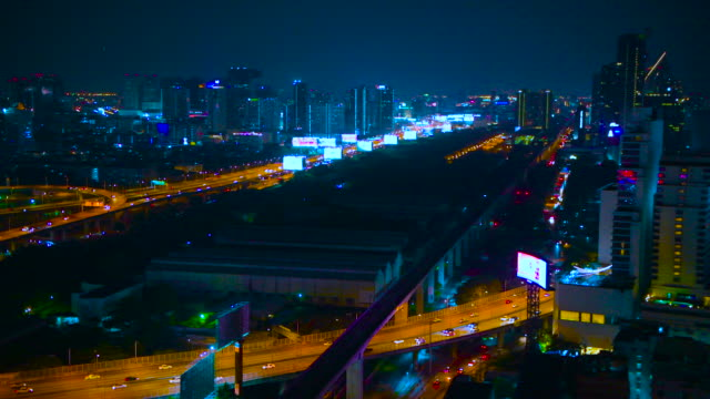 vidéos et rushes de passage de l'échangeur de bangkok et route surélevée dans la nuit tombée - route surélevée