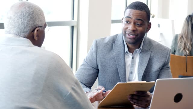 vídeos y material grabado en eventos de stock de el oficial de préstamos bancarios revisa las opciones de préstamo con el cliente senior - zoom meeting