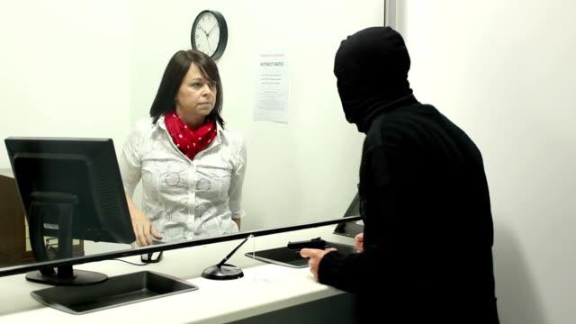 vidéos et rushes de bank vols en cours-cambrioleur avec arme à feu - armement