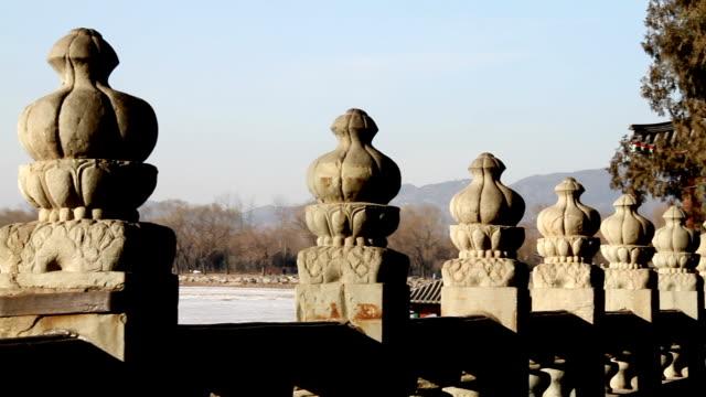 ringhiera intorno al lago del palazzo d'estate di pechino - balaustrata video stock e b–roll