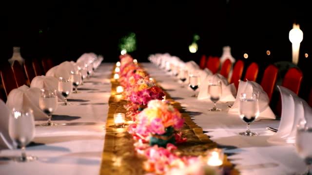 Banquet de dîner au restaurant, tableau de décoration pour une partie de l'événement. - Vidéo