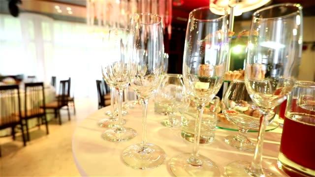 中華料理、ロール、魚、刺身、料理、パノラマ、クリスマス、結婚式、食品の完全なテーブルの新しい年 2018 年に完全なテーブルを持つバンケット テーブル - 飲食業点の映像素材/bロール
