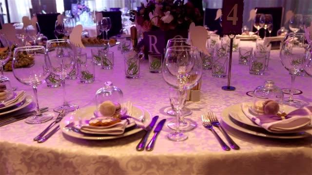 vidéos et rushes de table de banquet avec décor, le garçon s'ouvre une bouteille de vin, un banquet dans un restaurant, l'intérieur du restaurant, la décoration de noël du restaurant, la décoration de la salle de banquet - banquet