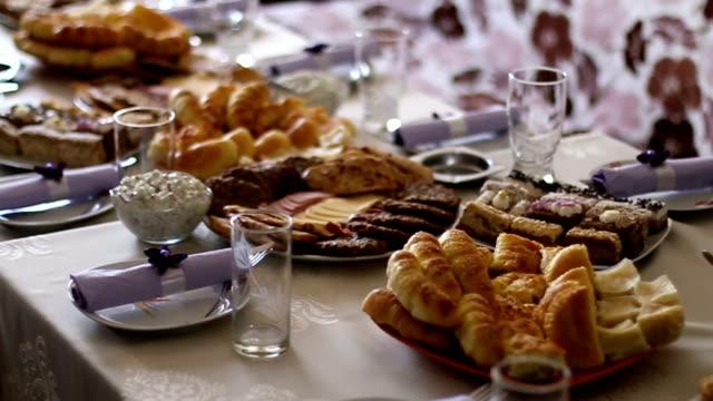 vidéos et rushes de table de banquet avec nourriture différente des collations et des amuse-gueules - banquet