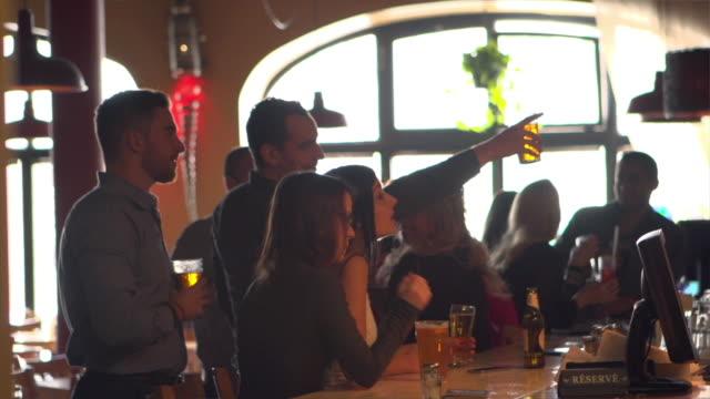 vídeos de stock, filmes e b-roll de bar balcão jovens adultos colega festa - montagem - reunião encontro social