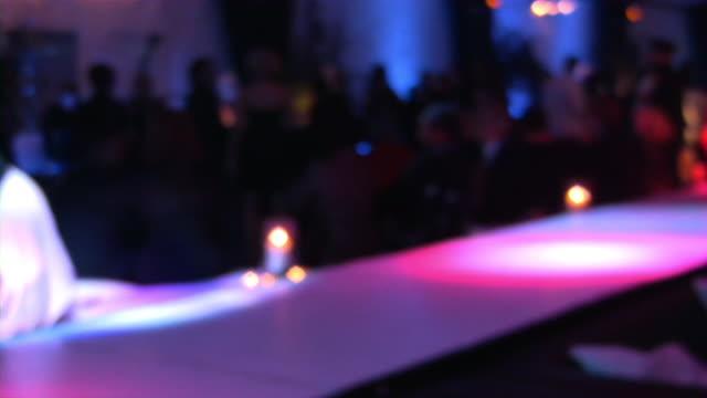 bar, pub, ristoranti e night club. grande gruppo di persone andare in discoteca. - soft focus video stock e b–roll