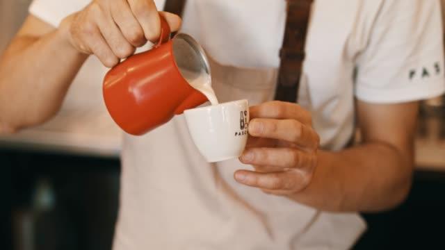 コーヒーにミルクを注ぐバーテンダー ビデオ