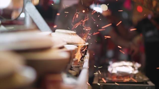 stockvideo's en b-roll-footage met barbecue op een markt voor levensmiddelen in maleisië bij nacht - foodtruck