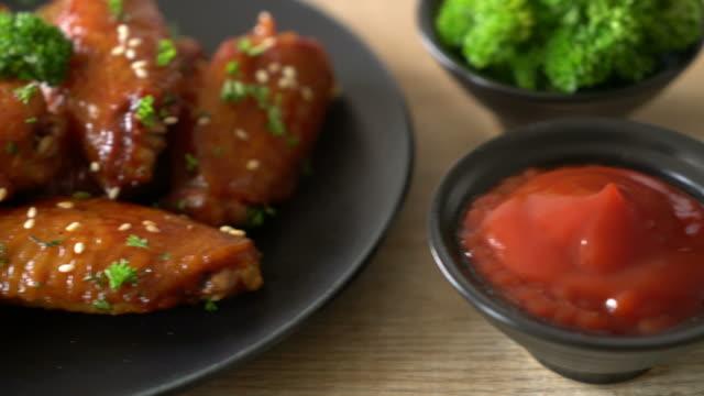 vidéos et rushes de ailes de poulet barbecue au sésame blanc - croustillant
