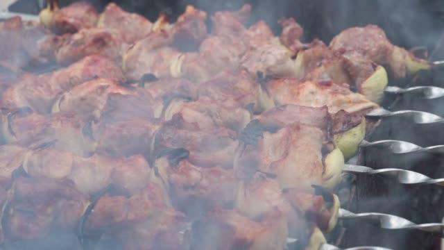grill närbild, kött rostade på elden, fläsket marineras shish kebab, god mat - marinad bildbanksvideor och videomaterial från bakom kulisserna