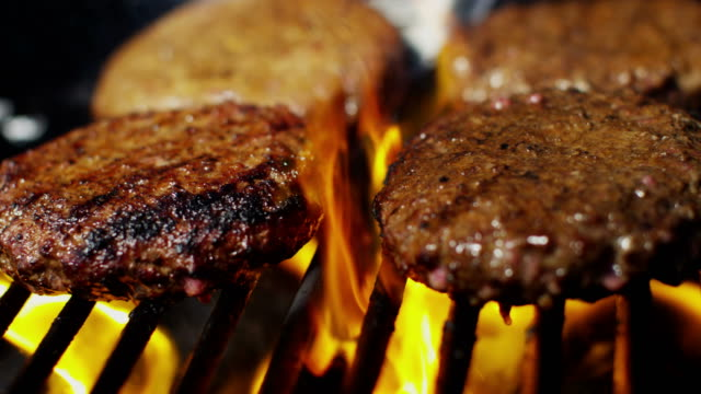barbecue grill cooking fresh gourmet ground beef burgers - alla griglia video stock e b–roll