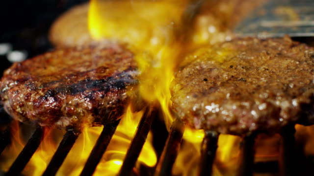 barbecue grill cooking fresh gourmet minced beef burgers - alla griglia video stock e b–roll