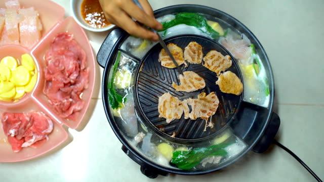 barbecue grill on korean pan. closeup pork slice grilled in korean restaurant. - cultura coreana video stock e b–roll