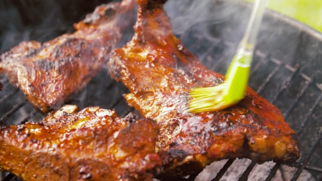 barbecue meat roasting on brazier grill outdoors - vídeo