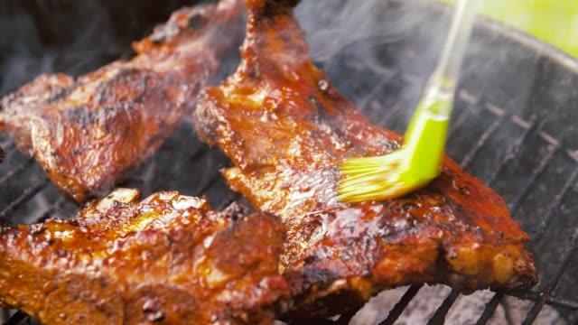 Grill kött rostning på Brazier grill utomhus video