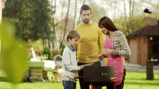 家族でバーベキュー - 親族会点の映像素材/bロール