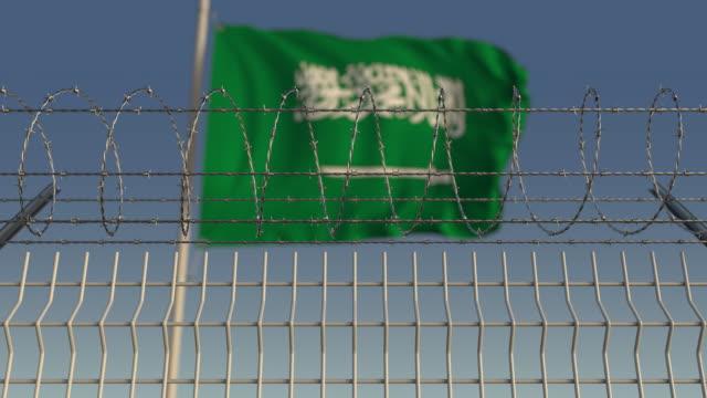 サウジアラビアの旗を振るに対する有刺鉄線 - 各国の観光地点の映像素材/bロール