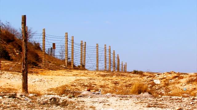 filo spinato recinzione nel deserto. bordo - censura video stock e b–roll