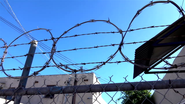 vídeos de stock e filmes b-roll de barbed wire in slow motion - coreia do sul
