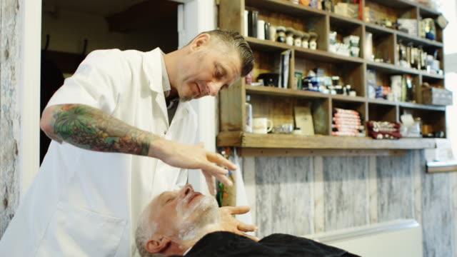 Barbier, Rasierschaum auftragen – Video