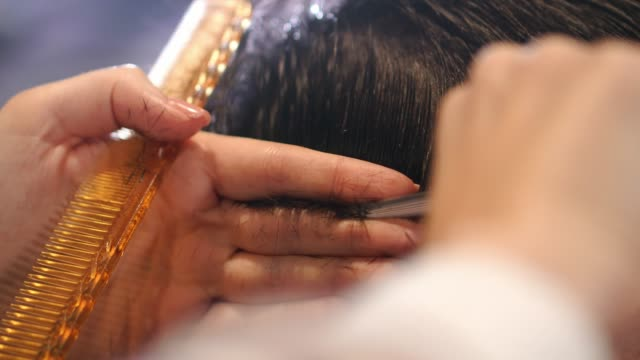 vidéos et rushes de coiffeur coupe les cheveux pour les worgens. mouvement lent. gros plan - salons et coiffeurs