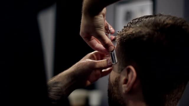 Barber cortes Hair en el de barbería.   Cámara lenta - vídeo