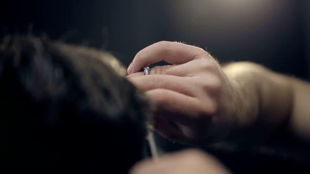 バーバーカット、ヘアには、理髪店です。スローモーションます。 - 髪型点の映像素材/bロール