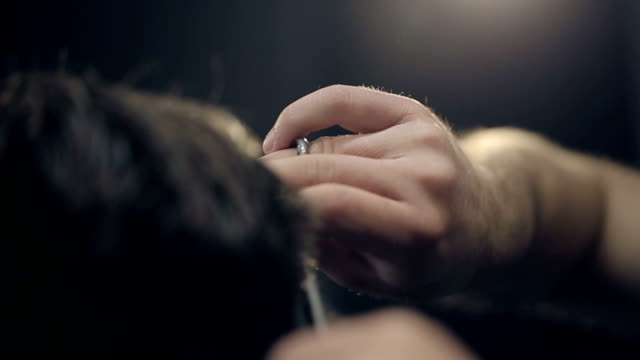 vídeos de stock, filmes e b-roll de barber cortes o cabelo do barbeiro.   câmera lenta. - estilo de cabelo